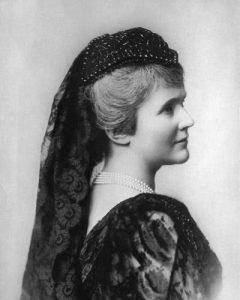 Prinzessin Elisabeth zu Wied, spätere Königin von Rumänien. Fotografie um 1890. Gemeinfrei